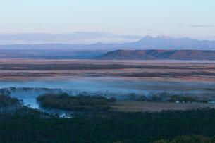 釧路湿原の朝靄の写真素材 [FYI03961142]