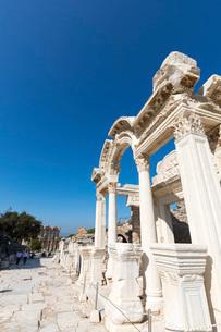 エフェソス遺跡 ハドリアヌス神殿 の写真素材 [FYI03961171]