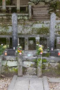 坂本龍馬  中岡慎太郎の墓の写真素材 [FYI03961338]