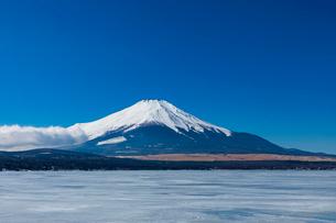 結氷の山中湖の写真素材 [FYI03961368]