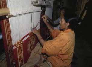 絨毯を織る女性の写真素材 [FYI03961705]