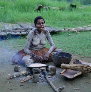 ヤシパン焼くKUMDIMAN族の写真素材 [FYI03961753]