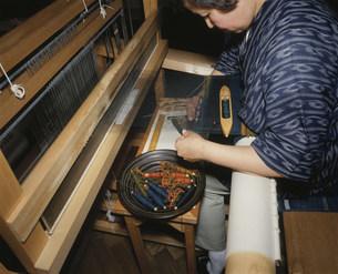 ユーカラ織を織る人の写真素材 [FYI03961778]