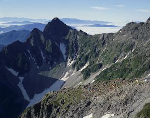 前穂高岳とテントの写真素材 [FYI03961868]