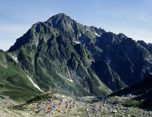 剣岳とキャンプ場 北アルプスの写真素材 [FYI03961869]