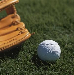 野球のグローブとボールの写真素材 [FYI03961954]