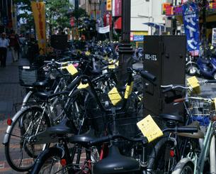 警告書が取り付けられた放置自転車の写真素材 [FYI03962148]