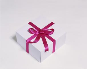 リボンのかかったプレゼントの箱の写真素材 [FYI03962384]