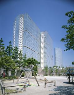 品川インターシティと公園  5月 東京都の写真素材 [FYI03962461]