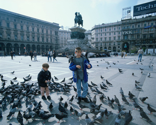 鳩と子供の写真素材 [FYI03962781]