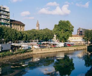 川辺の市場の写真素材 [FYI03962783]