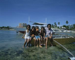 舟と遊ぶ子供の写真素材 [FYI03962797]