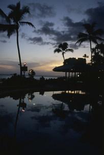 プールサイドの夕焼けの写真素材 [FYI03962820]