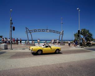 黄色いオープンカーの写真素材 [FYI03962846]
