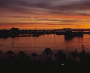 朝焼けの港の写真素材 [FYI03962859]