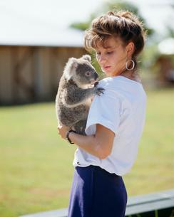 コアラを抱く女性の写真素材 [FYI03962894]