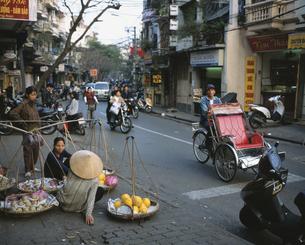 旧市街 シクロのある街並 ハノイ ベトナムの写真素材 [FYI03964983]