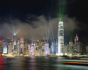香港島高層ビルの光のショー 香港の写真素材 [FYI03965009]