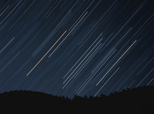 稜線に昇るオリオン座の軌跡の写真素材 [FYI03966551]