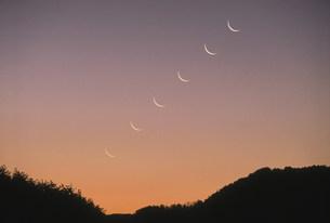 昇る細月 春の写真素材 [FYI03966556]