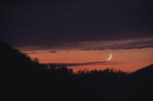 雲間の夕焼けと三日月 秋の写真素材 [FYI03966578]