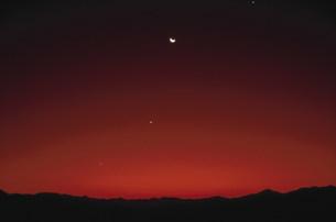 朝焼けに昇る月と金星 夏の写真素材 [FYI03966579]