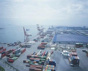 四日市港のコンテナの写真素材 [FYI03966598]