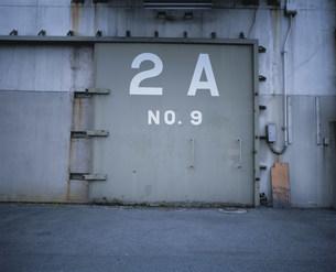 倉庫の扉と数字 四日市港の写真素材 [FYI03966599]