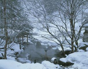 雪の宝川温泉露天風呂の写真素材 [FYI03968378]