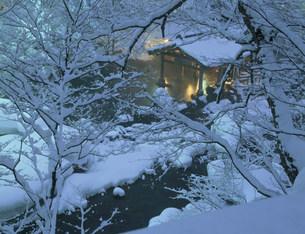 雪の宝川温泉露天風呂の写真素材 [FYI03968380]