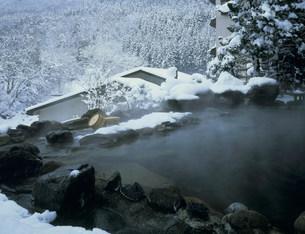雪の水上山荘露天風呂 谷川温泉の写真素材 [FYI03968387]