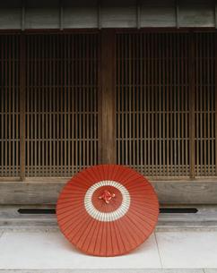 格子窓と蛇の目傘 坂下宿の写真素材 [FYI03969365]