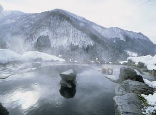 冬の馬曲温泉の露天風呂の写真素材 [FYI03969723]