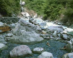 黒薙温泉の露天風呂 宇奈月町の写真素材 [FYI03969839]