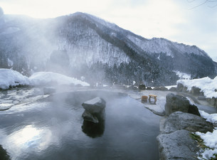 冬の馬曲温泉露天風呂の写真素材 [FYI03969949]
