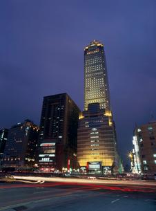 新光ビルの夜景の写真素材 [FYI03970054]