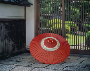 赤い傘 菊屋横丁の写真素材 [FYI03971138]