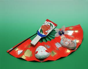 祝いのイメージ 扇とお面と羽子板の写真素材 [FYI03972355]