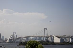 レインボーブリッジと飛行船の写真素材 [FYI03972775]