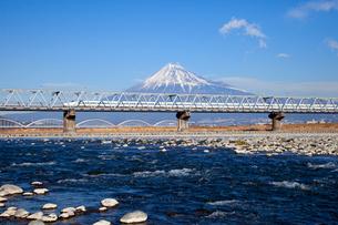 富士川橋梁を行く新幹線N700系の写真素材 [FYI03972793]