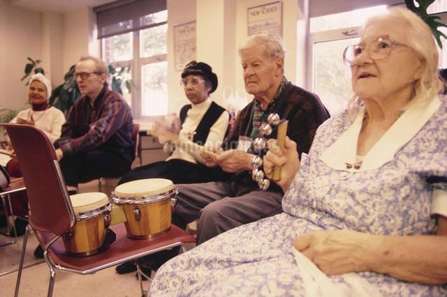 老人専用デイケアセンター ミュージックセラピークラスの写真素材 [FYI03972971]