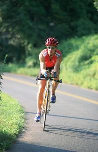 自転車に乗るトライアスリートの写真素材 [FYI03972972]