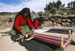 はた織りをする女性の写真素材 [FYI03973025]