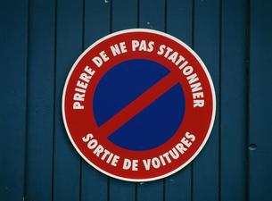 フランスの駐車禁止の看板の写真素材 [FYI03973262]