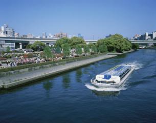 中之島公園と水上バスの写真素材 [FYI03973373]