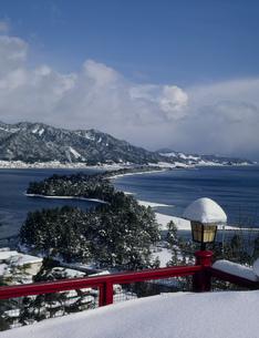 雪の天橋立 文殊山公園より望むの写真素材 [FYI03974138]