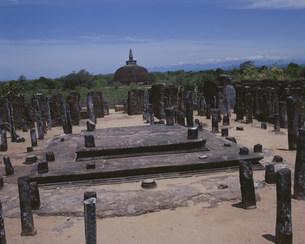 僧院跡とランコットベヘラ仏塔の写真素材 [FYI03974387]