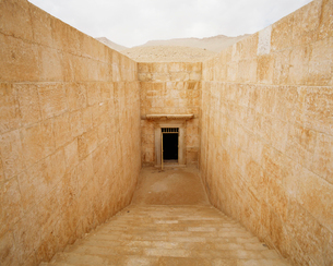 パルミラ遺跡 3人兄弟の墓入口の写真素材 [FYI03974536]