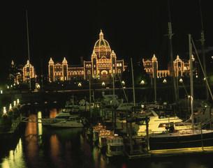 インナーハーバから望む州議事堂の夜景の写真素材 [FYI03974795]