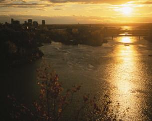 夕焼けのオタワ川の写真素材 [FYI03974799]
